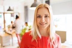 Donna creativa felice all'ufficio o all'ufficio Immagini Stock Libere da Diritti