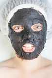Donna creativa nel salone della stazione termale con la maschera di protezione nera del fango Fotografia Stock Libera da Diritti
