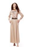 Donna crespa scalza elegante romantica in Brown   immagine stock libera da diritti