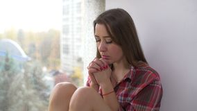 Donna cristiana dedicata che prega a Dio a casa stock footage