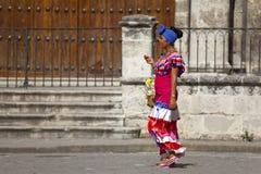 Donna cubana con il costum tradizionale Immagini Stock