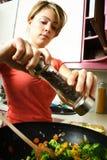 Donna in cucina immagini stock