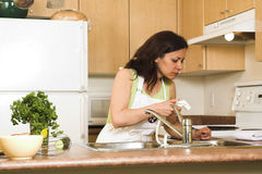 Donna in cucina Fotografie Stock