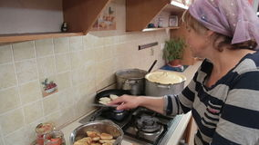 Donna in cucina che cucina le verdure congelate frittura di scalpore Grying che fa il pasto delizioso dell'alimento della cena stock footage