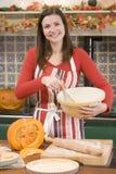 Donna in cucina che produce gli ossequi di Halloween Fotografie Stock
