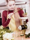Donna in cucina che produce il succo di verdure del frullato Immagini Stock Libere da Diritti