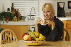 Donna in cucina con caffè Fotografia Stock Libera da Diritti
