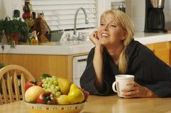 Donna in cucina con caffè Fotografia Stock