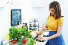 Donna in cucina domestica che cucina bio- dieta immagine stock