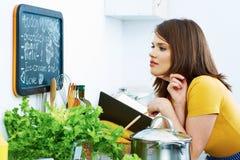 Donna in cucina domestica che cucina bio- dieta fotografia stock libera da diritti