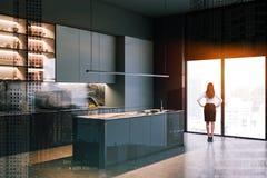 Donna in cucina grigia e di marmo immagini stock