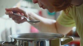 Donna, cucinante stock footage