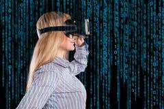 Donna in cuffia avricolare di realtà virtuale immagine stock