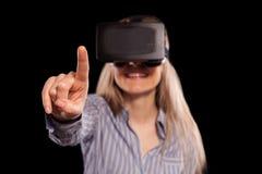Donna in cuffia avricolare di realtà virtuale fotografie stock libere da diritti