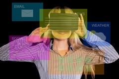 Donna in cuffia avricolare di realtà virtuale fotografia stock libera da diritti