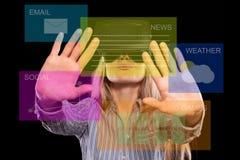 Donna in cuffia avricolare di realtà virtuale fotografia stock