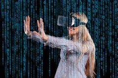 Donna in cuffia avricolare di realtà virtuale immagine stock libera da diritti