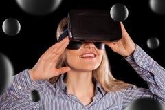 Donna in cuffia avricolare di realtà virtuale immagini stock libere da diritti
