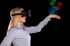 Donna in cuffia avricolare di realtà virtuale fotografie stock