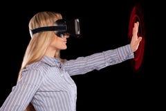 Donna in cuffia avricolare di realtà virtuale immagini stock