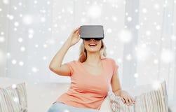 Donna in cuffia avricolare di realtà virtuale o vetri 3d Fotografie Stock Libere da Diritti
