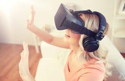 Donna in cuffia avricolare di realtà virtuale o vetri 3d Immagine Stock