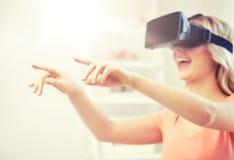 Donna in cuffia avricolare di realtà virtuale o vetri 3d Immagini Stock