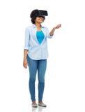 Donna in cuffia avricolare di realtà virtuale o vetri 3d Fotografia Stock Libera da Diritti
