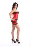 Donna curvy sexy con i piedini lunghi in biancheria rossa Fotografia Stock