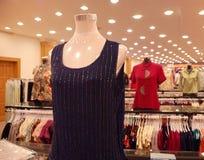 donna d'abbigliamento del negozio fotografia stock libera da diritti