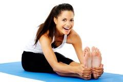 Donna d'allungamento felice di yoga Fotografie Stock Libere da Diritti