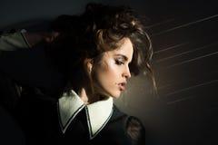 Donna d'annata con trucco, stile classico Donna di modo con trucco nel retro stile sguardo di modo e di bellezza gorgeous immagine stock