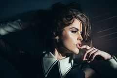 Donna d'annata con trucco, stile classico Donna di modo con trucco nel retro stile sguardo di modo e di bellezza gorgeous fotografie stock libere da diritti