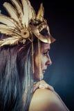 Donna d'annata del guerriero con la maschera dell'oro, capelli lunghi castana. H lunga Fotografie Stock Libere da Diritti
