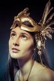 Donna d'annata del guerriero con la maschera dell'oro, capelli lunghi castana. H lunga Fotografia Stock