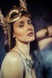 Donna d'annata del guerriero con la maschera dell'oro, capelli lunghi castana. H lunga Fotografia Stock Libera da Diritti