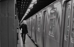 Donna d'avanguardia alla moda della ragazza di New York che permuta il binario della stazione della metropolitana di NYC immagine stock
