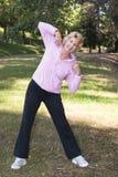 donna d'esercitazione attiva dell'anziano della sosta Fotografia Stock Libera da Diritti