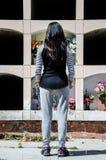 Donna da dietro contemplando la tomba di un caro fotografia stock