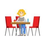 Donna da solo alla Tabella che mangia bigné, Person Having sorridente un dessert nell'illustrazione dolce di vettore del caffè de Immagini Stock Libere da Diritti