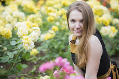 Donna da solo e molte rose gialle intorno Fotografia Stock