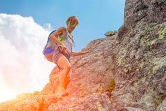 Donna da solo nelle montagne Fotografie Stock