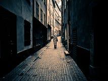 Donna da solo in una vecchia via Fotografia Stock Libera da Diritti