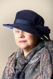 Donna dai capelli bianchi in cappello e scialle della marina Fotografie Stock Libere da Diritti