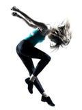 Donna dai capelli bionda che fa salto relativo alla ginnastica Fotografia Stock