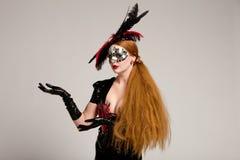 Donna dai capelli lunghi nella mascherina Fotografia Stock