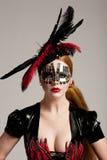 Donna dai capelli lunghi nella mascherina Fotografie Stock