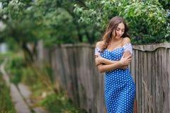 Donna dai capelli lunghi in retro vestito da stile fotografie stock