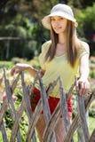 Donna dai capelli lunghi vicino al recinto Fotografia Stock