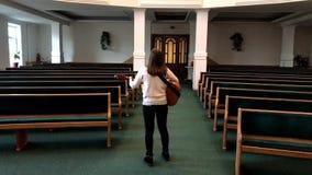 Donna dai capelli riccia che gioca chitarra acustica in corridoio, in canto e nel ballare vuoti archivi video